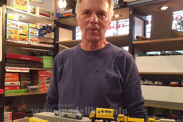 Karl-Hein Müller mit einer kleinen Auswahl an Omnibus-Modeln...