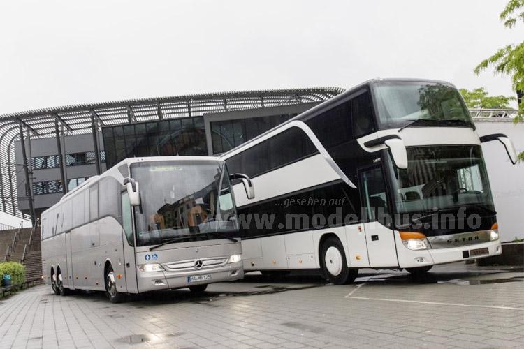 Der Mercedes-Benz Tourismo (links) und der Setra S431 DT werden sehr häufig im Fernlinienverkehr eingesetzt. Daimler Buses ist in Deutschland Marktführer im Segment der Fernlinienbusse.