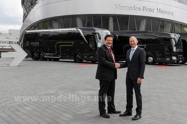 Feierliche Übergabe vor dem Mercedes-Benz Museum: Axel Stokinger, Geschäftsleiter Vertriebsorganisation  Deutschland der EvoBus GmbH (rechts), übergibt einen S 516 HDH der Setra TopClass 500  und zwei Mercedes-Benz Reisebusse des Typs Travego an Erhard Kiesel, dem Geschäftsführer der Schlienz Tours GmbH & Co. KG.