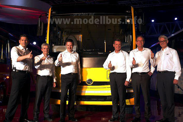 Hartmut Schick (2. v.r.) erläuterte: In Indien ist man vom Premiumprodukt der Marke Mercedes-Benz...