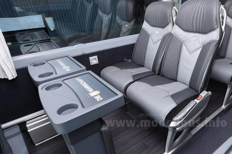 """Doppelsitz mit Tisch/Beinauflage - auch im Innenraum ist """"DIE MANNSCHAFT"""" immer präsent."""