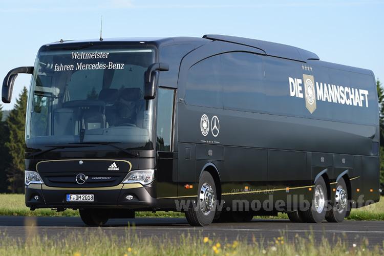 Weltmeister fahren Mercedes-Benz. Nicht zu übersehen: DIE MANNSCHAFT ist an Bord!