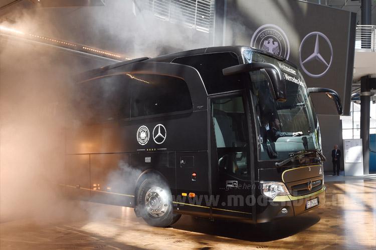 Feierliche Vorstellung zwei Tage vor dem Spiel: Mercedes-Benz fährt in Köln mit dem neuen Mannschaftsbus vor.