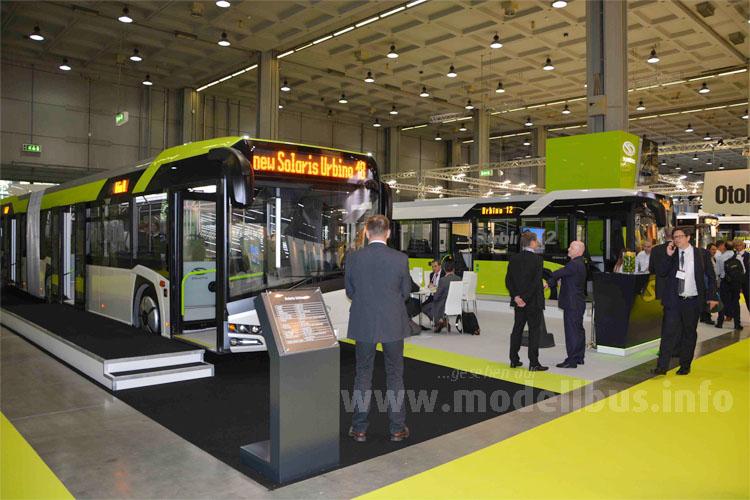 In Mailand stand der neue Urbino als Solo- und Gelenkbus am Messestand von Solaris.