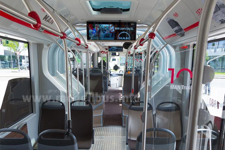 Dank transluzentem Faltenbalg und Glasdachluken präsentiert sich der Fahrgastraum sehr hell.