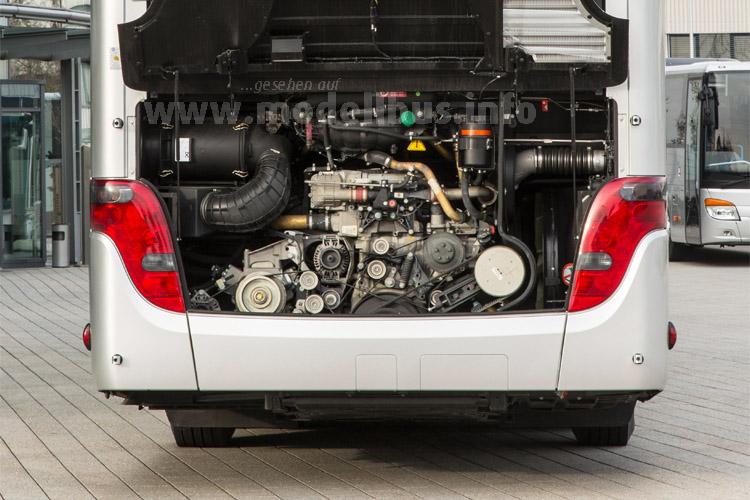 Die Euro VI-Motorisierung erkennt man direkt am Aggregat und auch an der Klappe des Motorraumes.