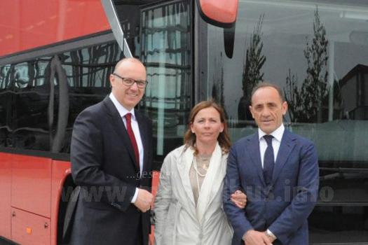 """Gerardo Marino (links), Inhaber von """"Autolinee Marino"""", übernimmt mit seiner Frau Loredana Caggiano von Jochen Duppui, Leiter des Neu-Ulmer EvoBus Omnibuswerkes, den 2500sten Setra Doppelstockbus S 431 DT."""