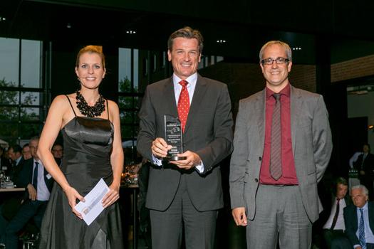 Dr. Wolfgang Bernhard, Daimler AG, (rechtes Bild, Mitte) zwischen lastauto omnibus-Chefredakteur Rosenberger und Moderatorin von Lingen.
