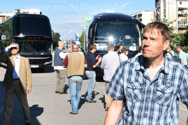 Rechts dann noch der Kollege, Sascha Böhnke bei der Arbeit. Auch er hat im bulgarischen Plovdiv die Busse auf Herz und Nieren geprüft.