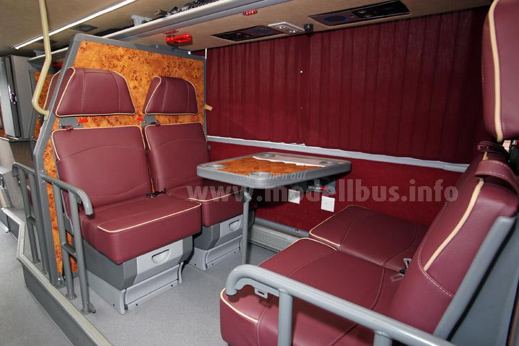 Tagsüber bequeme Ledersessel mit Tisch, am Abend Betten. Fahrgäste bekommen als Service eine Decke oder einen kuscheligen Schlafanzug...