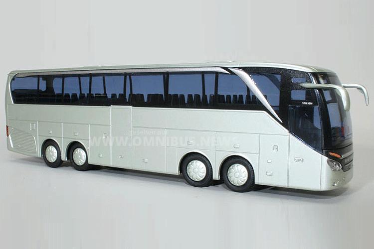 Die neue Setra TopClass mit vier Achsen als Modellbus im Maßstab 1/87. Foto: AWM