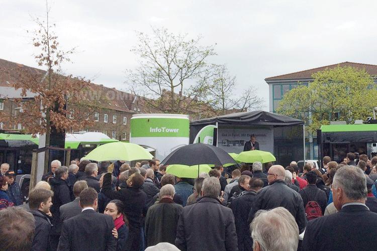 Typisch Hannover: Etwas Nieselregen statt Sonnenschein bei der Vorstellung der neuen Elektrobusse. Foto: Schreiber