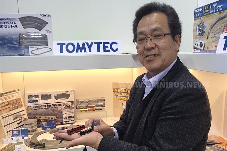 Michlo Iwatsuki, Präsident und CEO von Tomytec, war in Dortmund am Stand von faller, um den spurgeführten Mercedes-benz Citaro vorzustellen. Foto: Schreiber