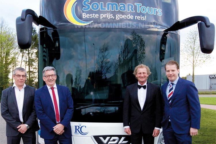 Menno Kleingeld, Managing Director VDL Enabling Transport Solutions Max Weetzel, Max Aerts and Tim van Lohuizen, Team FAST Rémi Henkemans, Managing Director VDL Bus & Coach, Foto: VDL