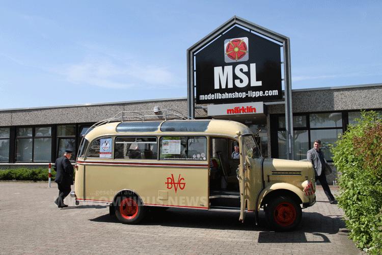 Zur Premiere der neuen Borgward-Modellfahrzeug-Abteilung fuhr der Oldtimer-Bus beim Bremer Geschäft vor. Foto: Schreiber