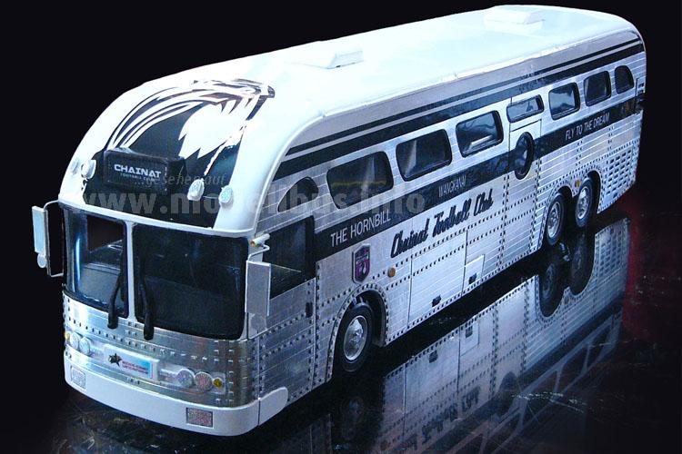 Der Modellbus im Maßstab 1/43 ist auch beim Interieur vorbildgerecht verkleinert.