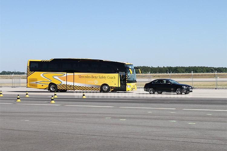 ABA3 stoppt den Bus rechtzeitig vor dem Hindernis.