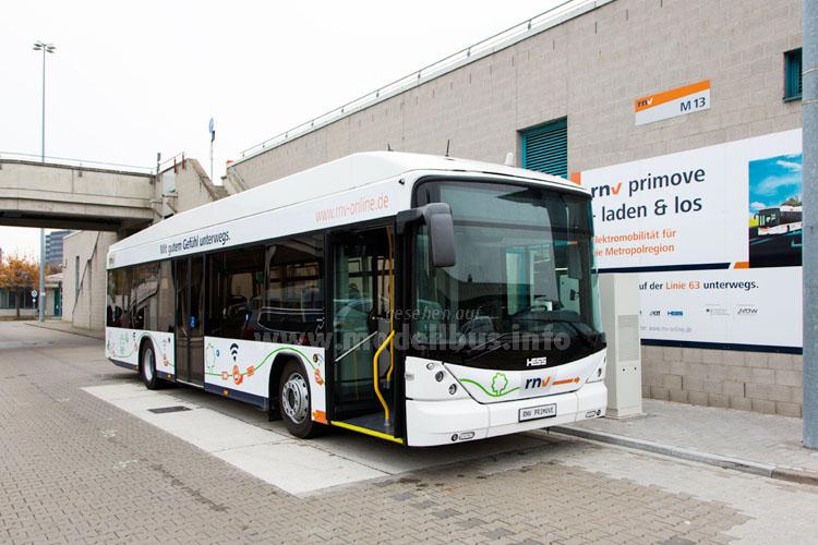 Im innerstädtischen Linieneinsatz in Mannheim unterwegs: Ein Bus von Hess mit Primove-Antireb.