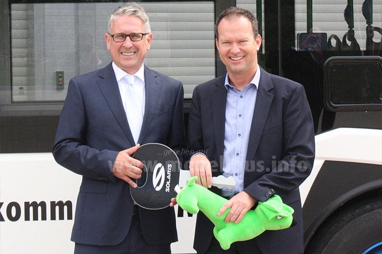 Dr. Andreas Strecker und Josef Ettenhuber bei der symbolischen Schlüsselübergabe.