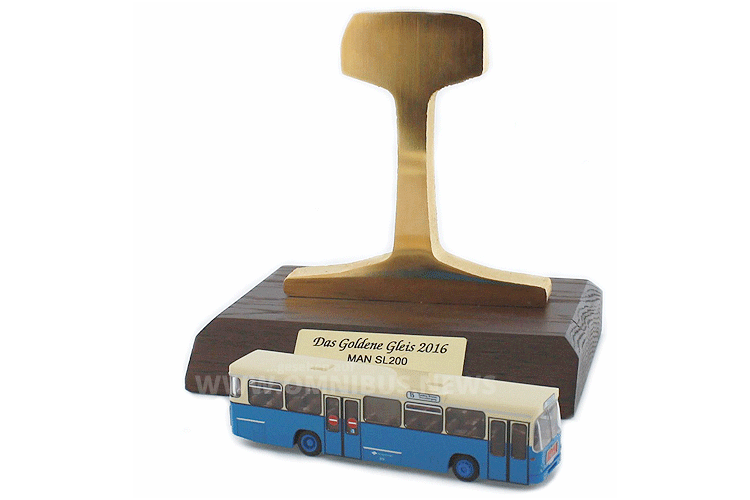 """Rietze wurde mit dem """"goldenen Gleis 2016"""" für den MAN SL 200 geehrt. Foto: Rietze"""