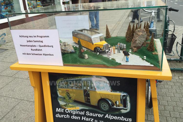 Ein Modellbus wirbt für Ausflugsfahrten. Foto: Schreiber