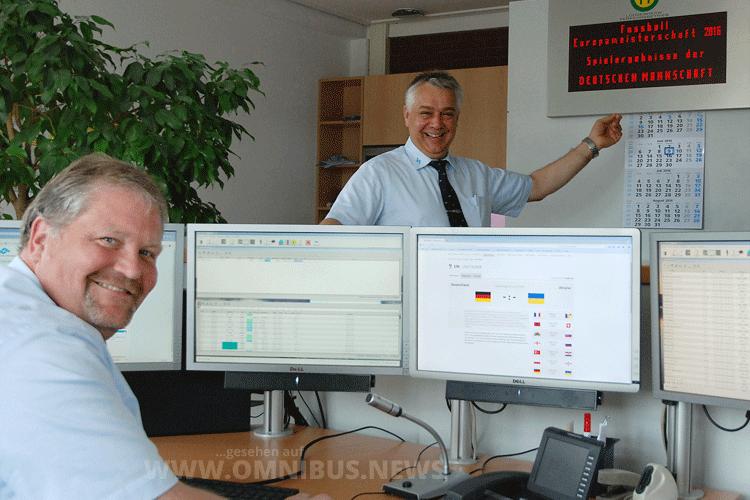 Heinrich Halsband (r.), Leiter der Verkehrsleitstelle, und Jörg Gabrielski testen vorab den EM-Service der Stadtwerke. Foto: Stadtwerke Münster