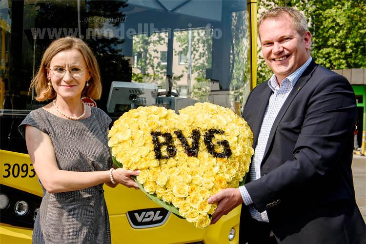 Ein Herz für Doppeldecker: Dr. Sigrid Nikutta (BVG) und Boris Höltermann (VDL).