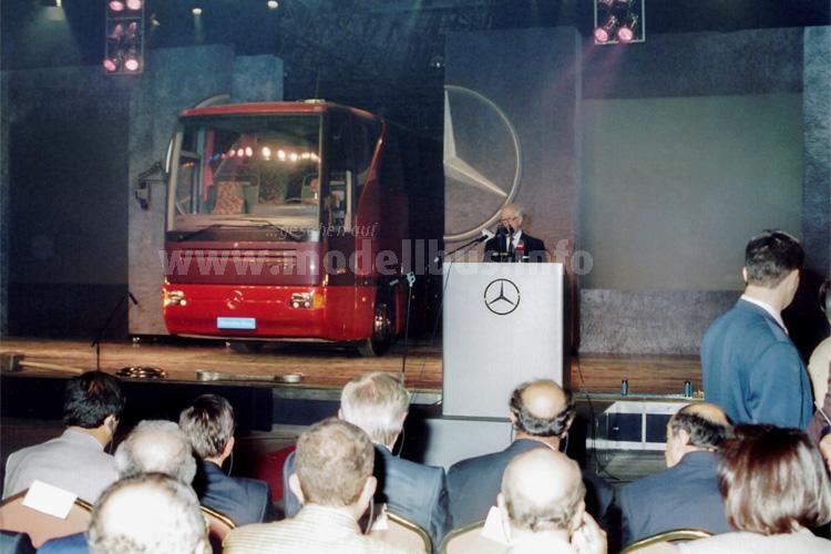 Eröffnungsveranstaltung am 10. Juni 1995: Der damalige Vorstandsvorsitzende der Mercedes-Benz AG, Helmut Werner, präsentiert den Mercedes-Benz O 350 Tourismo.