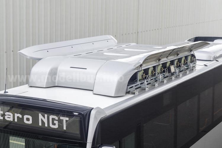 Edgastanks mit Serviceklappen und Blick auf den Erdgasmotor des Citaro NGT.