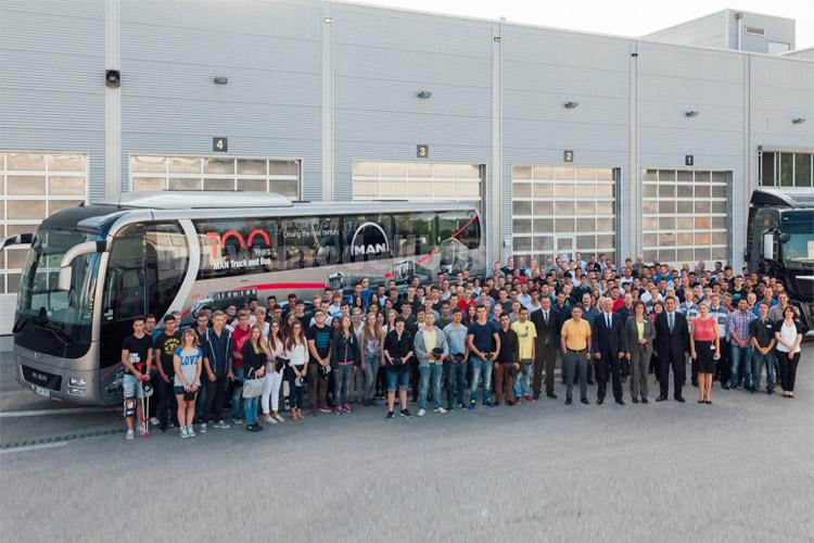 Die im Herbst 2015 startenden Auszubildenden von MAN Truck & Bus in München vor der Versuchswerkstatt im Werk München.
