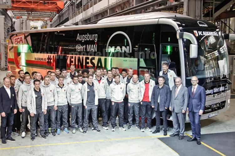 ...wurde der neue Mannschaftsbus dem Fußball-Verein übergeben.