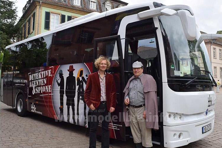 """Museumsdirektor Dr. Alexander Schubert und Detlev Barbis, Geschäftsführer der BBK, im Sherlock Holmes-Kostüm neben dem """"Detektive-Bus""""."""
