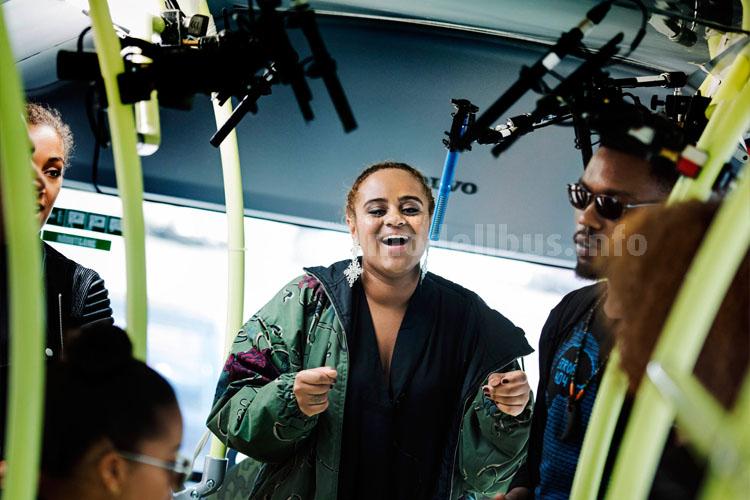 Seinabo Sey singt für die Silent Bus Sessions im Elektrobus von Volvo.