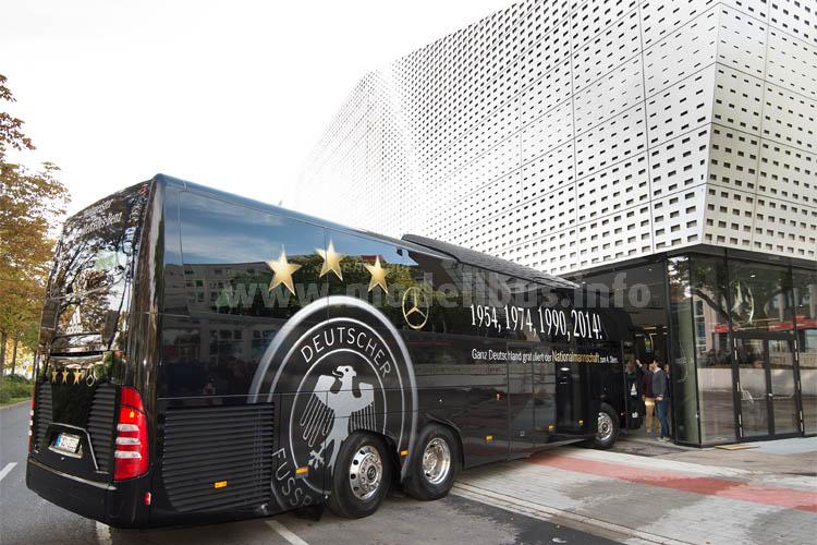 Der DFB-Mannschaftsbus, mit dem die Fußball-Weltmeister 2015 fuhren, wird im Deutschen Fußballmuseum in Dortmund ausgestellt.
