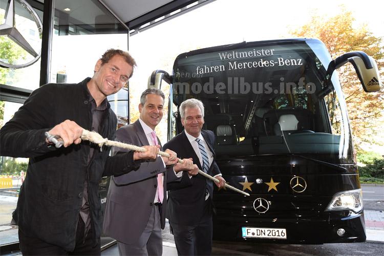 Ex-Nationalspieler Jens Lehmann, Museumsdirektor Manuel Neukirchner und Gerd Hewing, Mercedes-Benz-Vertriebsdirektor West.