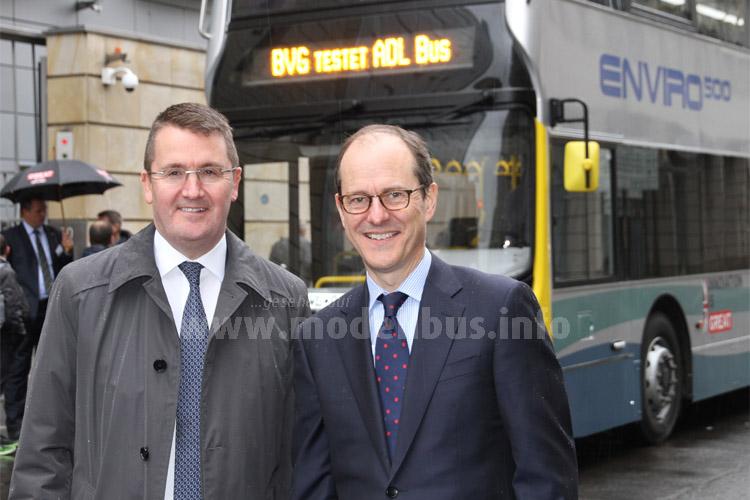 Hatten eine Ausfahrt fest geplant: Colin Robertson, Chef von Alexander Dennis und Sir Sebastian Wood, Britischer Botschafter in Deutschland. Weil der Bus nicht fahren durfte, sollen sie Gerüchten zufolge dann ganz standesgemäß mit einem Jaguar aus der Botschaft (obiges Bild) gefahren sein...