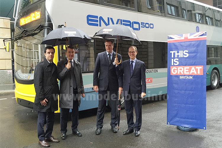 Gustavo Marqueta-Silbert und Colin Robertson von Alexander Dennis, BVG-Buschef Martin Koller mit Sir Sebastian Wood, Britischer Botschafter vor dem Stolz Britanniens, dem Enviro 500.
