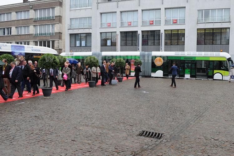 Zur feierlichen Eröffnung werden die geladenen Gäste mit ExquiCity-Bussen von Van Hool gefahren, diese Doppelgelenkbusse stehen auch als Shuttle zwischen Stadt/Bahnhof und Messe zur Verfügung.
