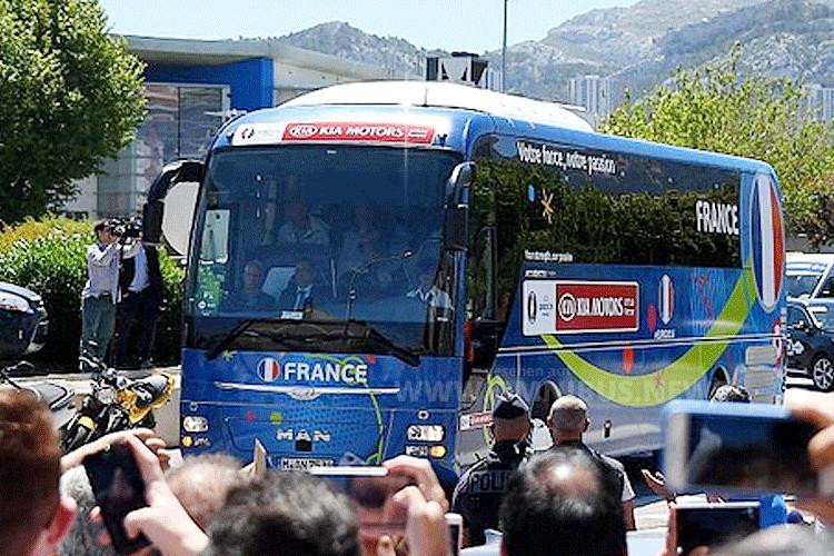 Auch Frankreich hat noch einen 2. Teambus, der immer am Spielort im Einsatz ist. Foto: Durand