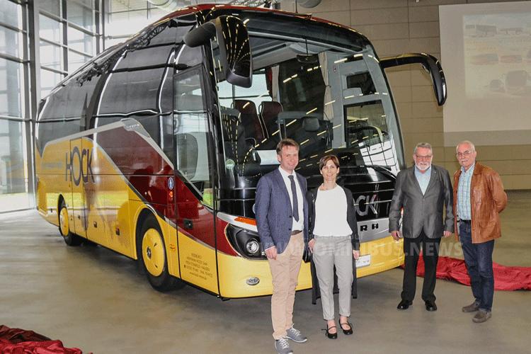 Die Busunternehmerfamilie Hock vor ihrem neuen Setra S 511 HD. Von links: Firmenchef Franz Hock, seine Ehefrau Kerstin und die Senioren Rudi und Herbert Hock. Foto: Setra