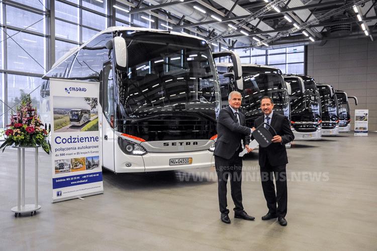 Sindbad Inhaber und Geschäftsführer Ryszard Wójcik (links im Bild) übernimmt in Neu-Ulm von Roman Biondi, Leiter Marktmanagement Daimler Buses, fünf Busse der ComfortClass 500, die Teil einer Bestellung von insgesamt 22 neuen Setra Bussen sind. Foto: Setra