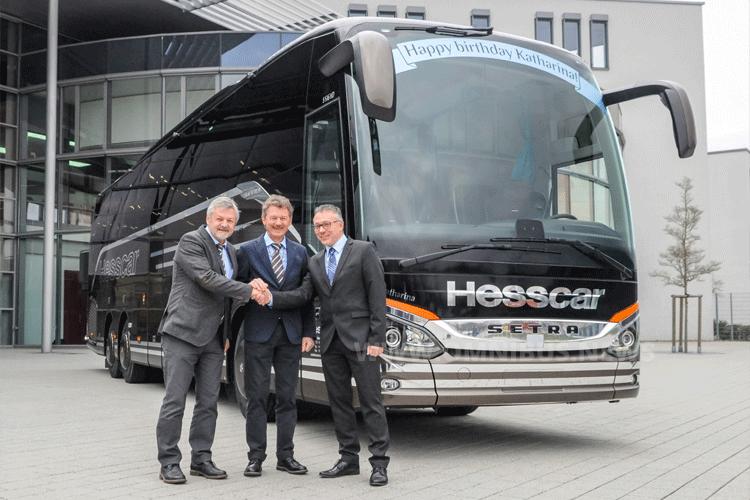 Die beiden Inhaber der Hesscar AG, Hanspeter und Kurt Hess, übernehmen den neuen S 516 HD in Neu-Ulm von Frank Scherhag, dem Geschäftsführer der EvoBus Schweiz AG. Foto: Setra