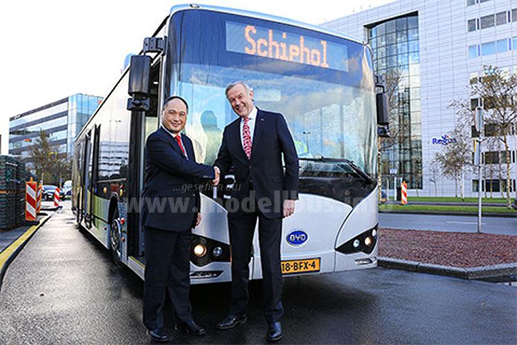 Isbrand Ho und Jos Nijhuis bei der Übergabe der Elektrobusse vom Typ K9.