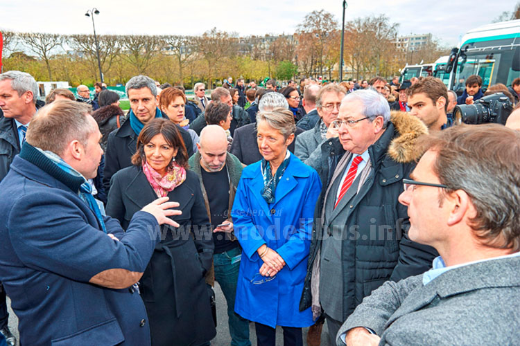 Sylvain Blaise (li) und Pierre Lahutte (rechts) im Gespräch mit der Bürgermeisterin von Paris, Anne Hidalgo und Elisabeth Borne (CEO RATP).