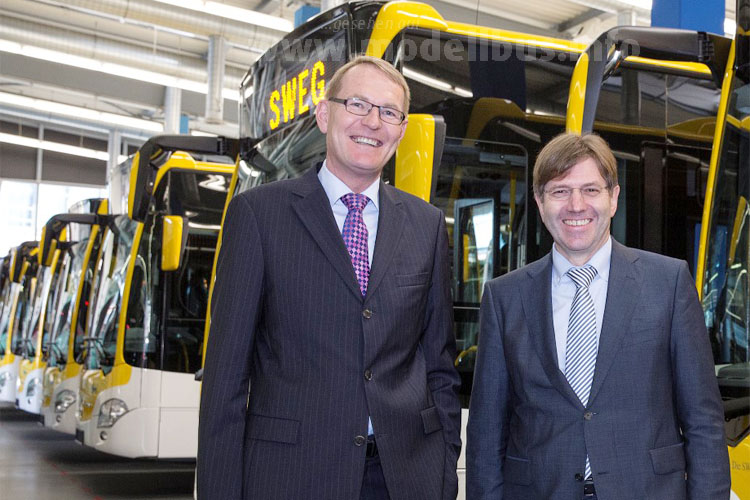Hartmut Schick, Leiter Daimler Buses, übergab am 14. Dezember im Mannheimer Omnibuswerk elf Mercedes-Benz Citaro an Johannes Müller, Vorstandssprecher der SWEG.