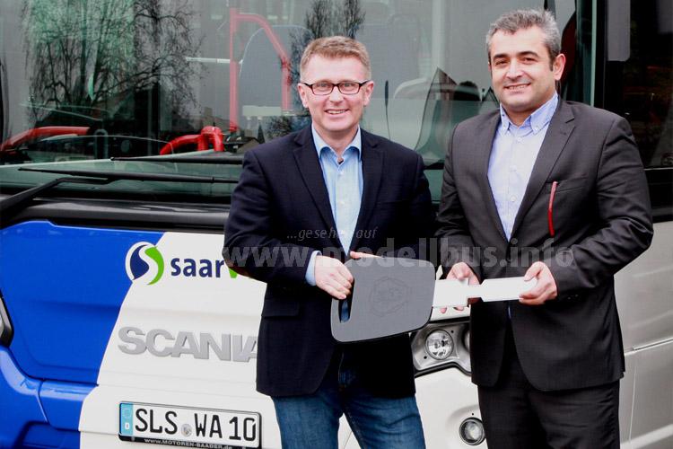 Übergabe am 10. Dezember 2015 durch Mehmet Göktas, Verkauf Busse bei der Scania Deutschland GmbH (r.), händigte den symbolischen Schlüssel für die neuen Linienbusse auf dem KVS-Betriebshof an Andreas Michel, Geschäftsführer der KVS GmbH, aus.