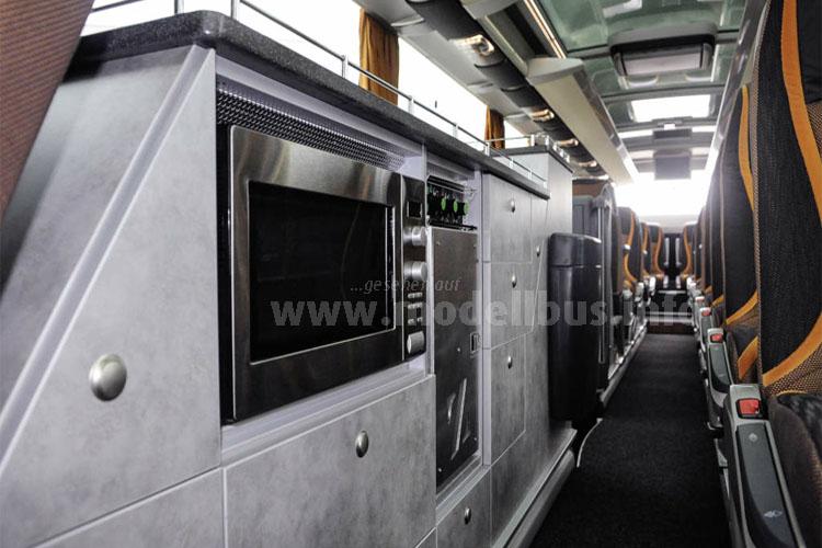 Der 44-sitzige Luxusbus S 517 HDH ist unter anderem mit Glasdach und High-Tech-Küchenmodul ausgestattet.
