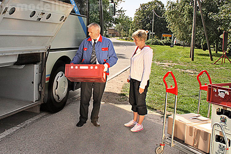 Neben Personen befördert der KombiBus neben Paketen beispielsweise auch Lebensmittel.