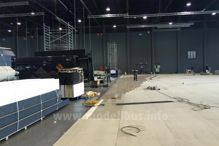 In den Messehallen der Xpo Kortrijk läuft der Aufbau für die Busworld.