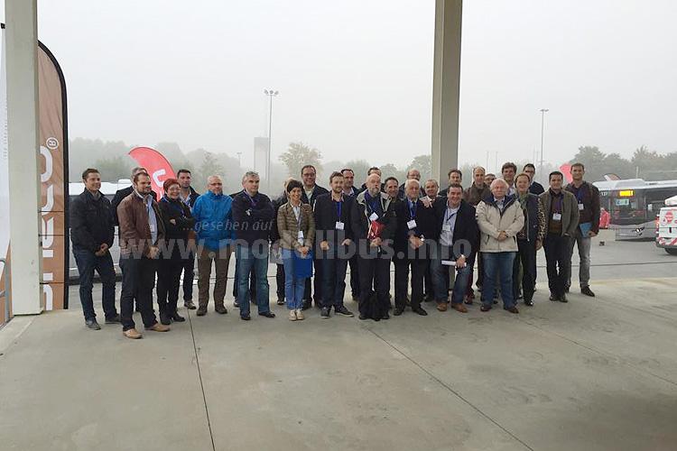 Die Jury der European Coach Week im Oktober 2015 während des Tests, im rechten Bild sind Midi-, Klein- und Liniebusse zu sehen.